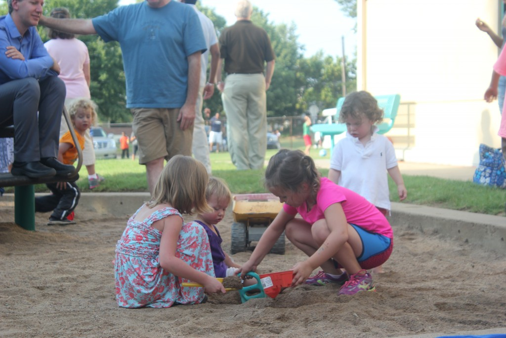 Back to School picnic, digging with Lorelai and Maia =)